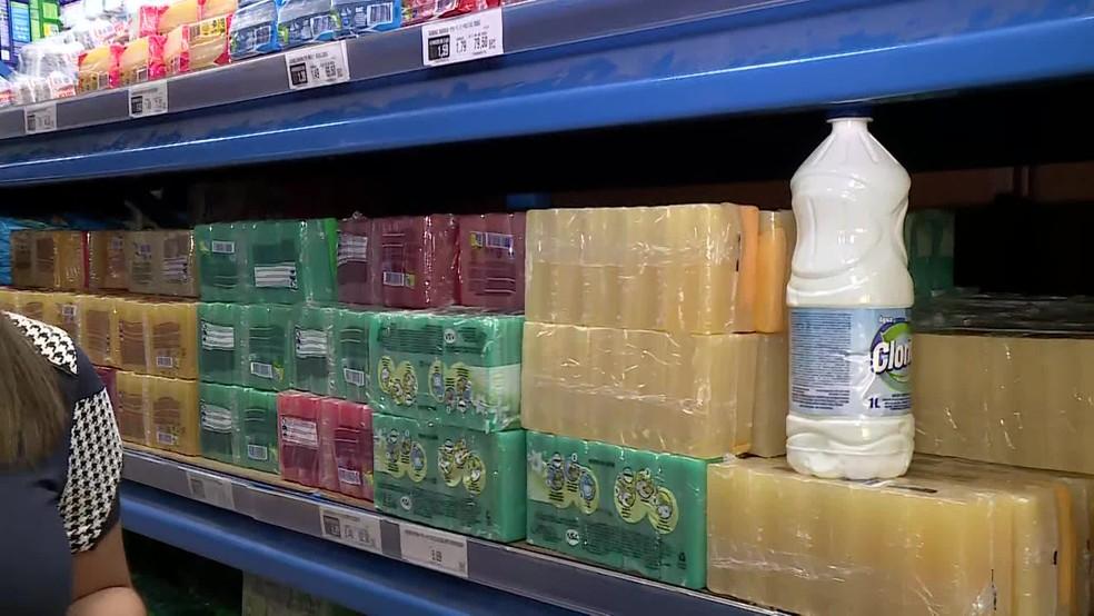 Sabão em barra e água sanitária são aliados na limpeza da casa contra o coronavírus — Foto: Reprodução/TV Globo