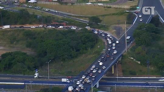 Mais de 12 horas após acidente, carreta que tombou na Via Expressa continua no local e causa congestionamento