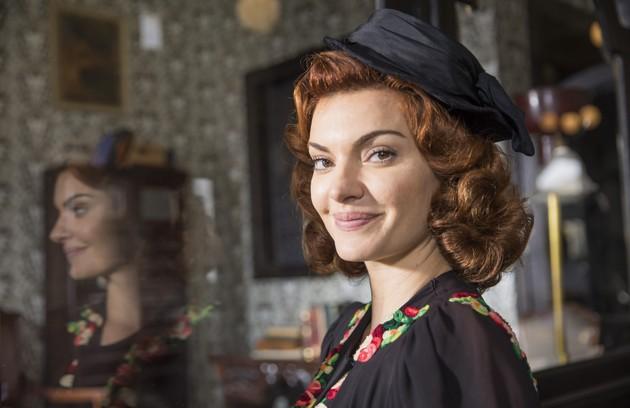 Mayana Neiva entra na história como Karine, a segunda esposa de Assad (Werner Schünemann), uma mulher fútil e interesseira (Foto: TV Globo)