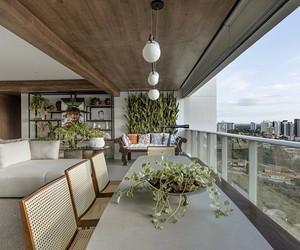 Apartamento de 140 m² tem muitas plantas, artesanato e design brasileiro
