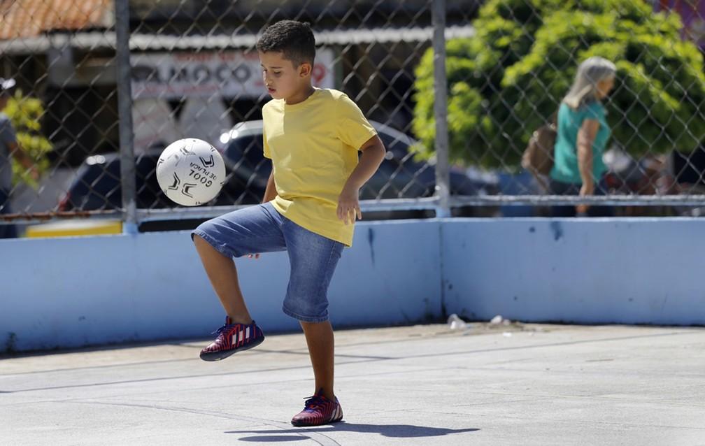 Aaron Nycollas, de seis anos, mora em João Pessoa e vai companhar entrar de mãos dadas com jogadores da seleção brasileira, na Copa do Mundo 2018 (Foto: Kleide Teixeira/Divulgação)