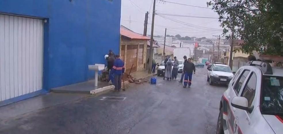 Funcionários do DAE cortaram ligação de água de fábrica de gelo em Bauru (Foto: Reprodução / TV TEM)