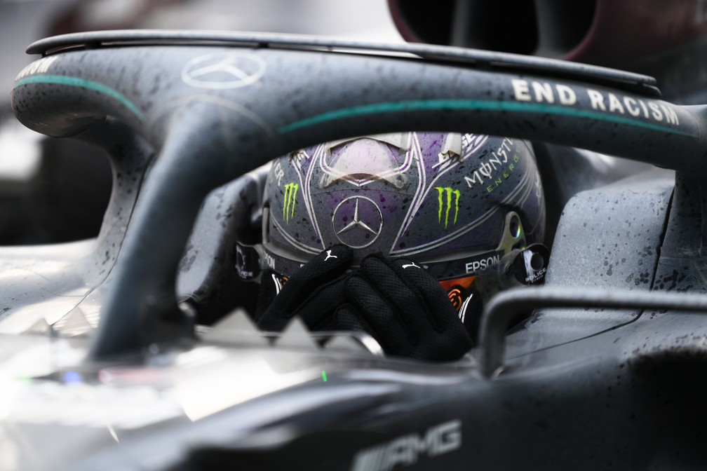 Hamilton chora após conquistar o heptacampeonato mundial — Foto: Getty Images