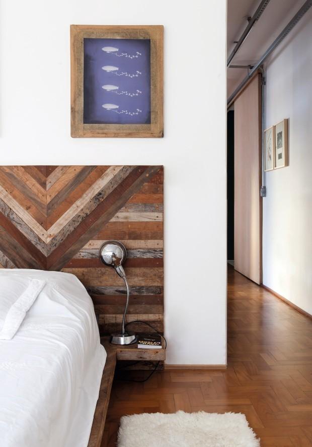 A cama tem estrutura de madeira de demolição, igual a da cabeceira criada pela designer Diana Albuquerque. O quadro é a tela de silkscreen, feita na Galeria do Rock, usada na confecção dos convites do casamento de Lula e Maíra (Foto: Maíra Acayaba / Editora Globo)