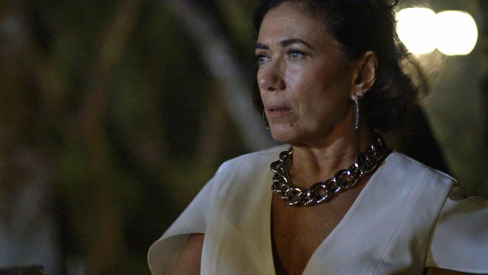 Valentina fica de cara ao encontrar homem misterioso no cemitério, sem imaginar que é León, na novela 'O Sétimo Guardião' — Foto: TV Globo