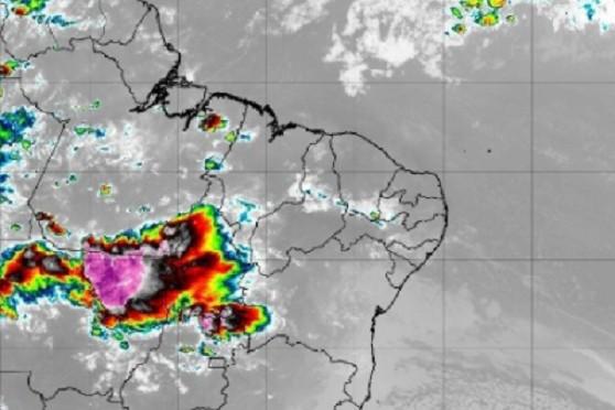 Chuva de granizo e fortes rajadas de vento destelham casas e derrubam árvores em Milagres, no Sul do Ceará