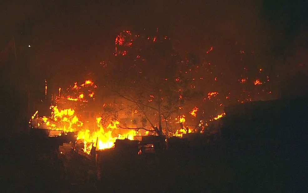 Incêndio atinge barracos em comunidade em Osasco (Foto: TV Globo/Reprodução)