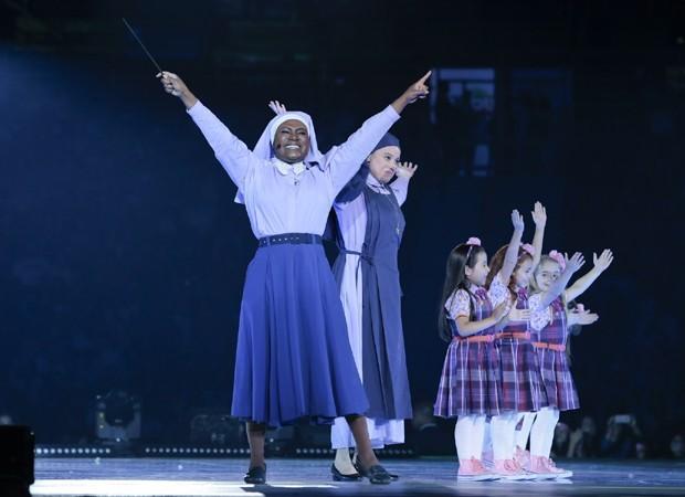 Karin Hills e parte do elenco infantil de Carinha de Anjo (Foto: Rafael Cusato/Brazil News)