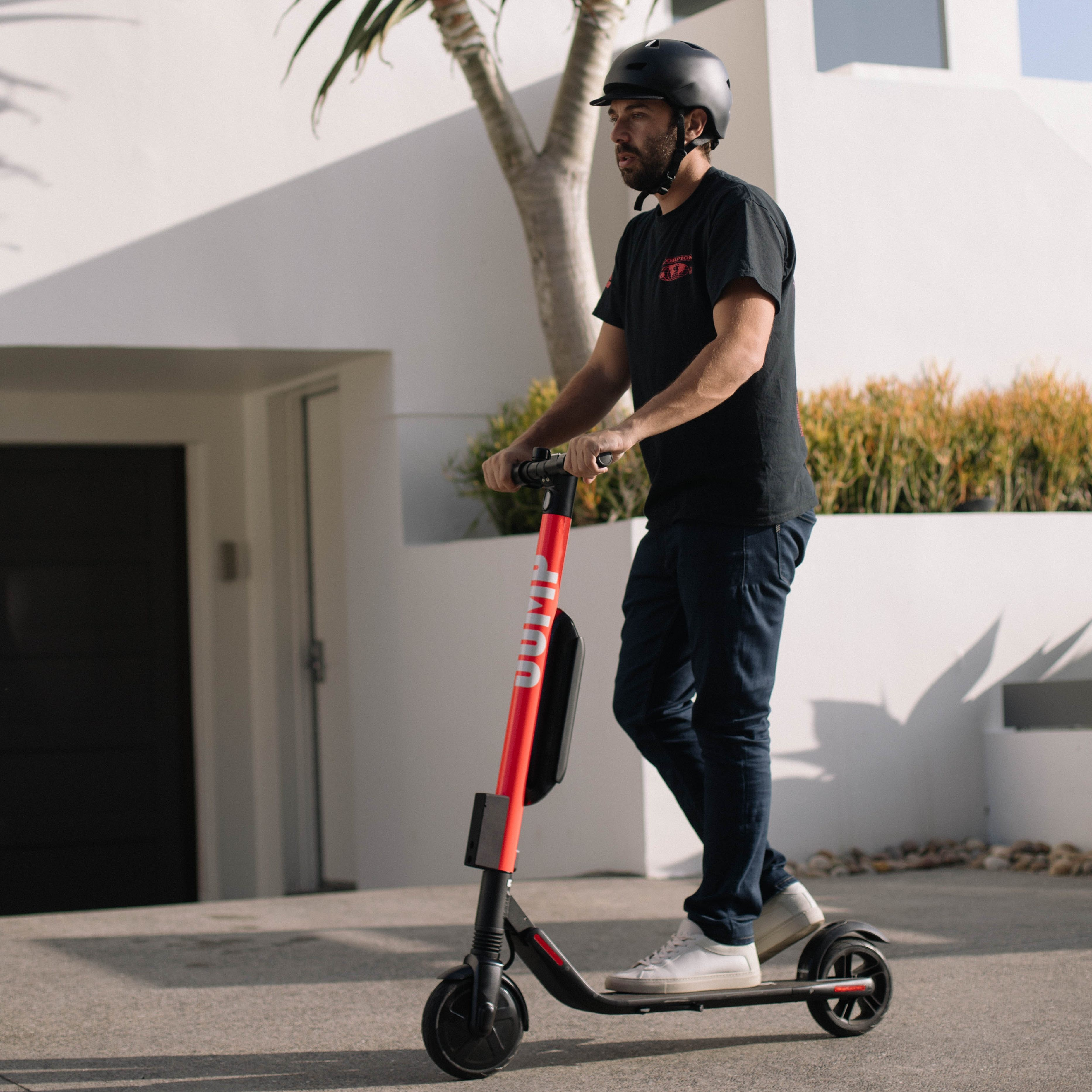 O patinete elétrico da Uber feito em parceria com a Jump, disponível para locação (Foto: Divulgação)