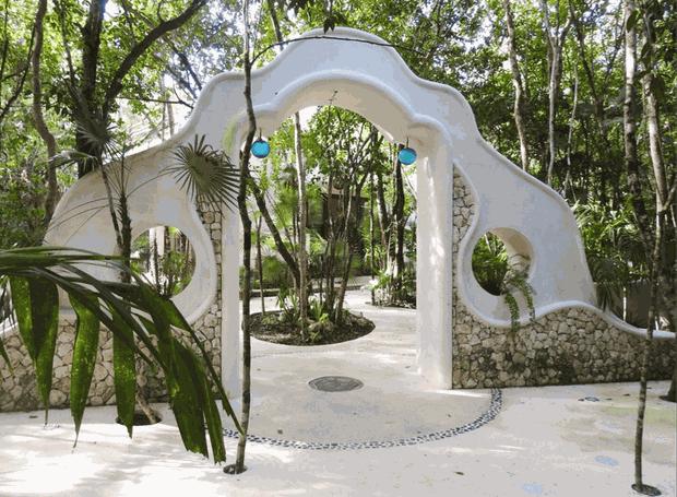 O clima tropical é trazido pela arquitetura que deixa o verde a seu redor falar mais alto (Foto: Holistika Hotel/ Reprodução)
