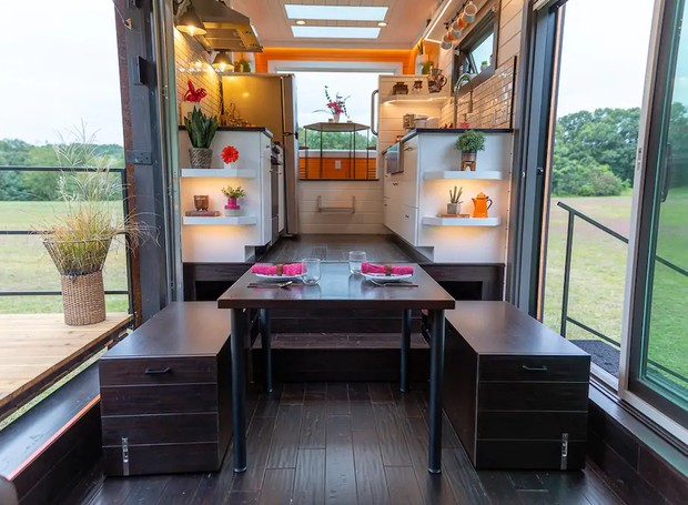 Uma pequena mesa móvel pode ser instalada em frente a cozinha, próxima às portas para uma refeição mais refrescante (Foto: Cindy Ord/ Reprodução)