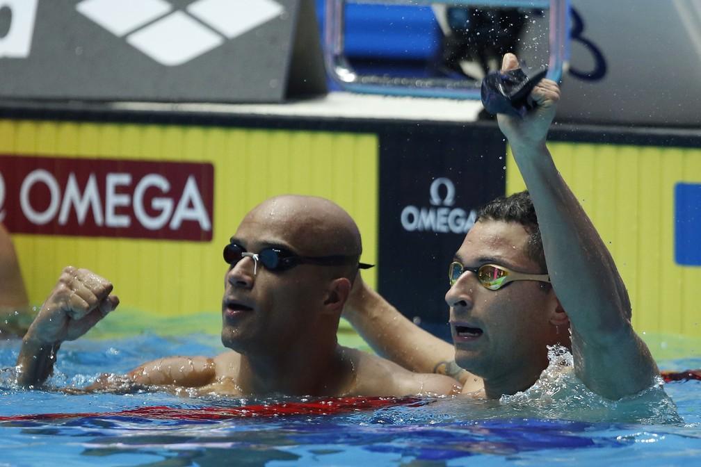 João gomes Jr e Felipe Lima festejam ainda na piscina — Foto: Satiro Sodré/rededoesporte.gov.br