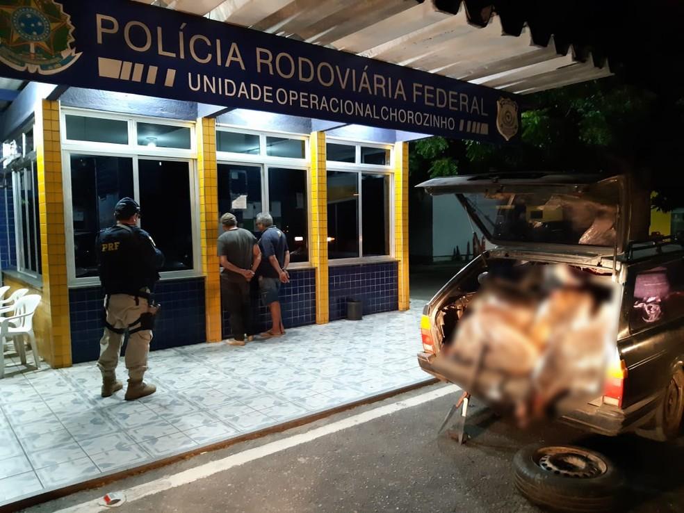 Bois mortos são encontrados em porta-malas de carro no Ceará — Foto: Divulgação/PRF