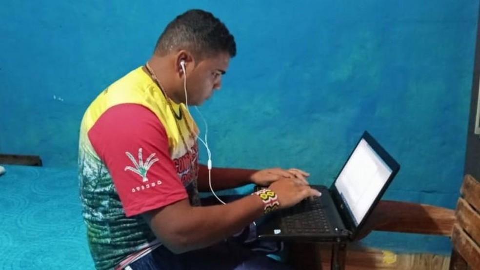 Leonel Alcides, de 30 anos, relata dificuldades até mesmo para ter um local confortável para estudar. Além disso, o estudante comenta que sofre com as dificuldades de conexão á internet em sua aldeia — Foto: Arquivo Pessoal/BBC