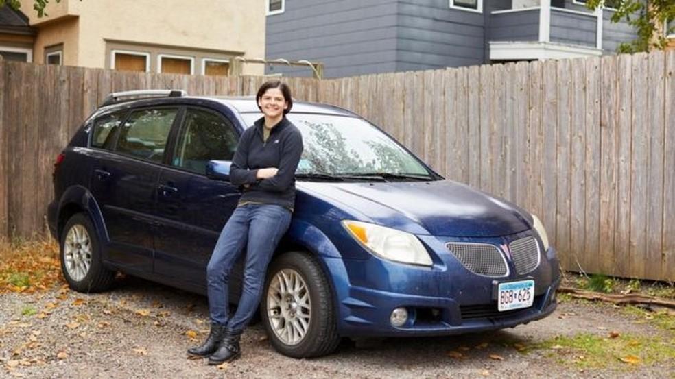 Gwen Merz tem um carro de 13 anos, mas não se importa. — Foto: Anna Rajdl/BBC