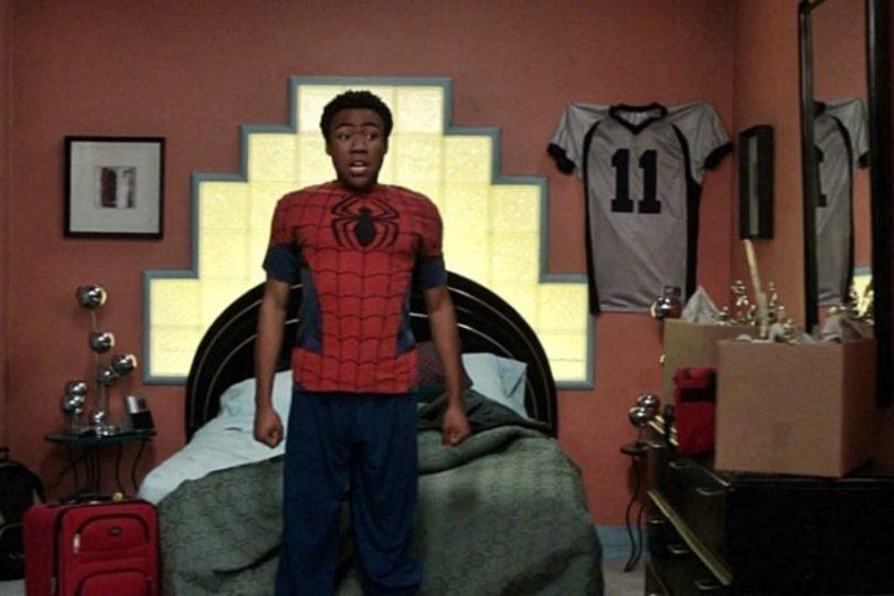 Troy, personagem de Donald Glover em 'Community', usa roupa de Homem-Aranha aproveitando a onda dos fãs. (Foto: Reprodução)