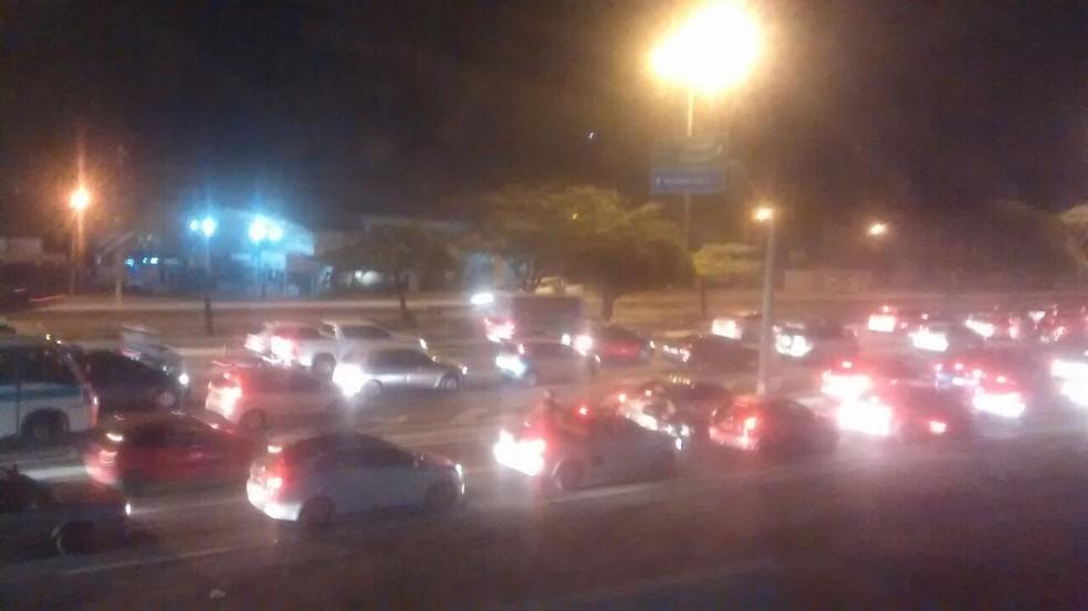 Protesto de moradores da comunidade onde ocorreu a Chacina de Cajazeiras gerou congestionamento (Foto: PRF)