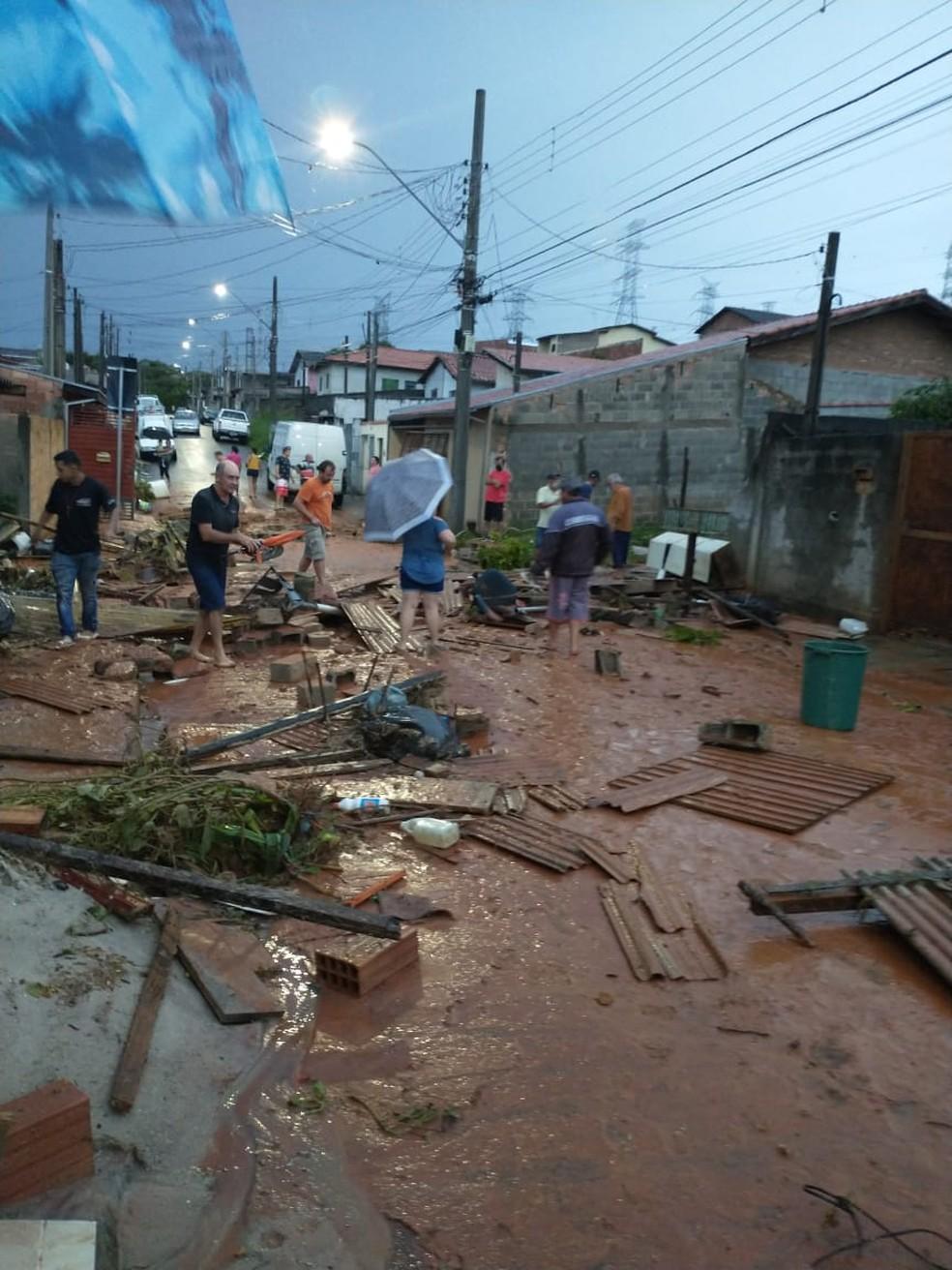 Casas do bairro São Gonçalo, em Taubaté, ficam alagadas — Foto: Andressa Karina/Arquivo pessoal