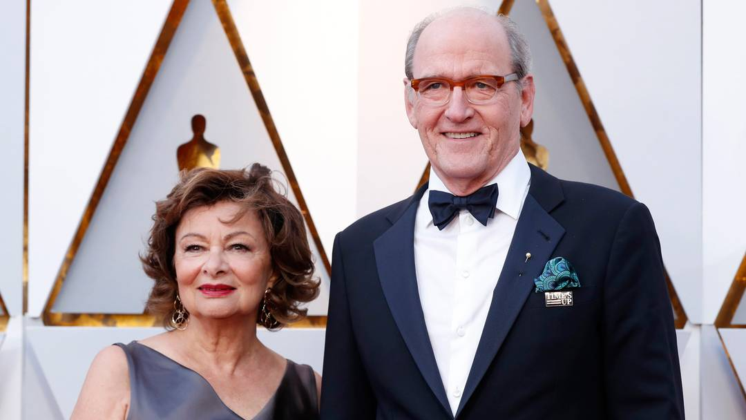 Ator Richard Jenkins, de 'A forma da água', chega à cerimônia do Oscar 2018 com broche do movimento 'Time's Up' ao lado da esposa Sharon R. Friedrick