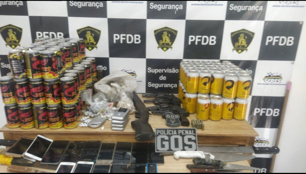 Armas, celulares, drogas e bebidas alcoólicas foram apreendidas em presídio no Complexo do Curado — Foto: Reprodução/WhatsApp