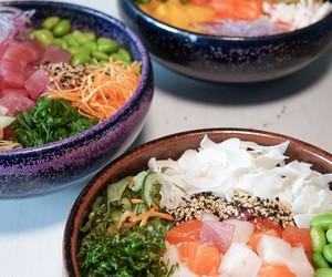 Vegano, enrolado ou de ceviche: veja 6 diferentes pokes para pedir no delivery