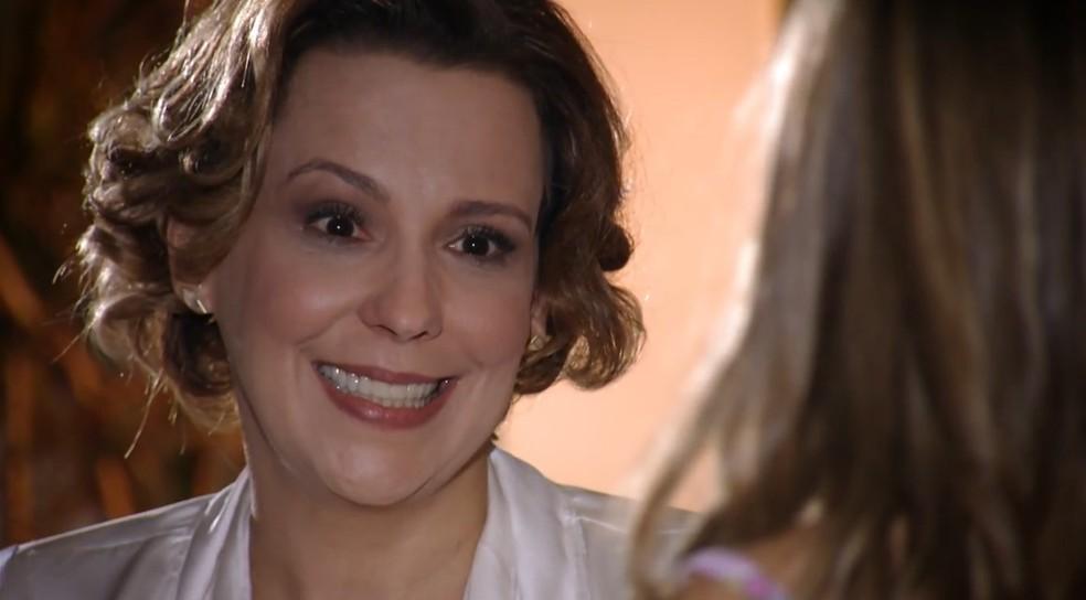 Eva (Ana Beatriz Nogueira) diz que vai ajudar Julia (Jesuela Moro) em 'A Vida da Gente' — Foto: Globo