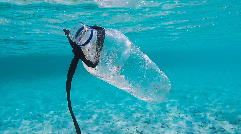 É previsto que 480 milhões de toneladas de lixo plástico serão descartadas em rios e mares se nenhuma atitude for tomada para conter essa poluição (Foto: Brian Yurasits / Unsplash)