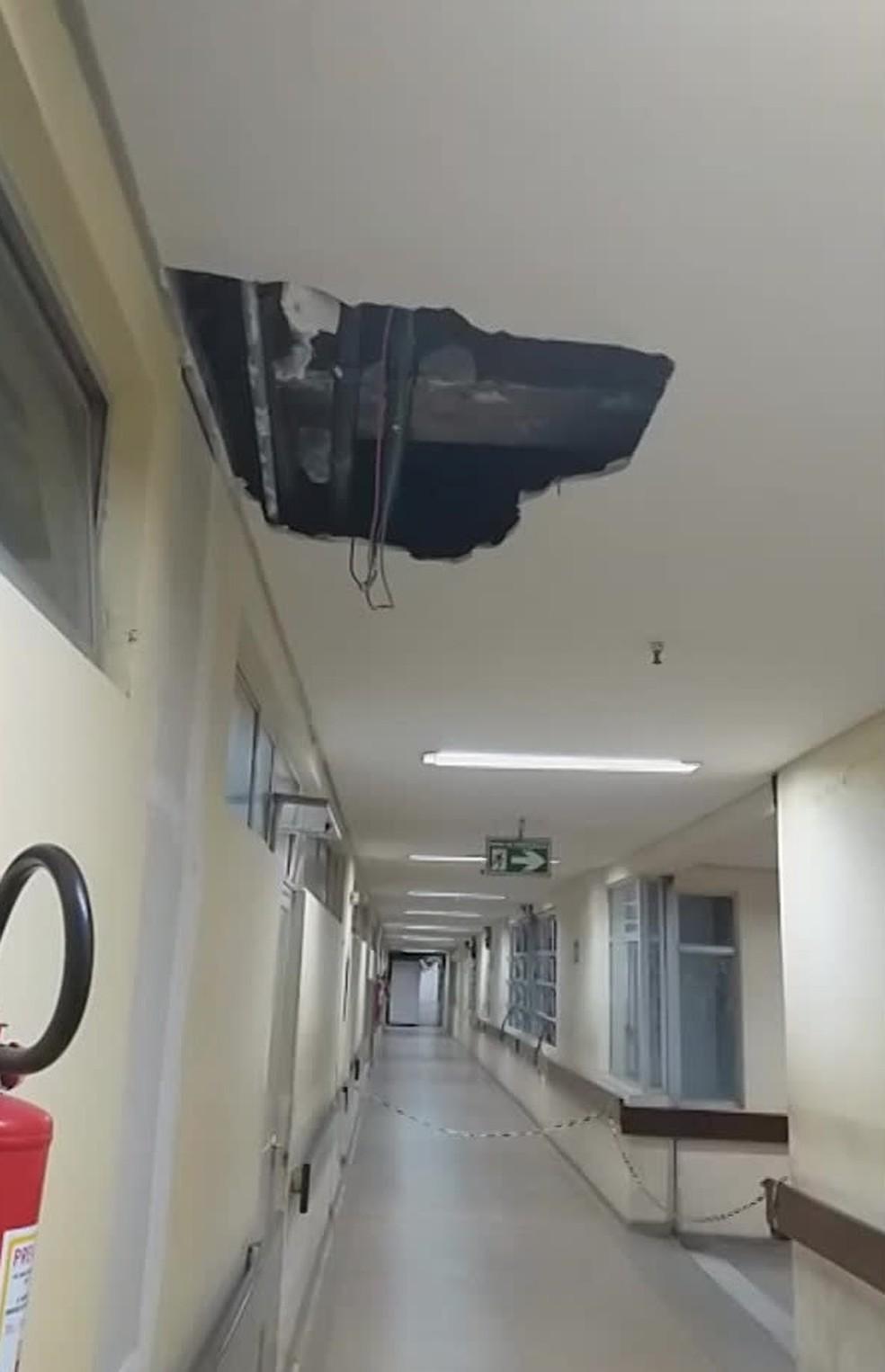 Foto da parte interna do HGV mostram um buraco no teto e faixas impedindo passagem para outras partes do bloco Cirúrgico — Foto: Reprodução/WhatsApp