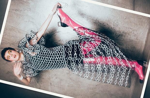 Vestido, macacão (usado sob vestido), brincos, colares, braceletes e botas, tudo Chanel. Meia-calça, R$ 42, Lupo  (Foto: Tauana Sofia)