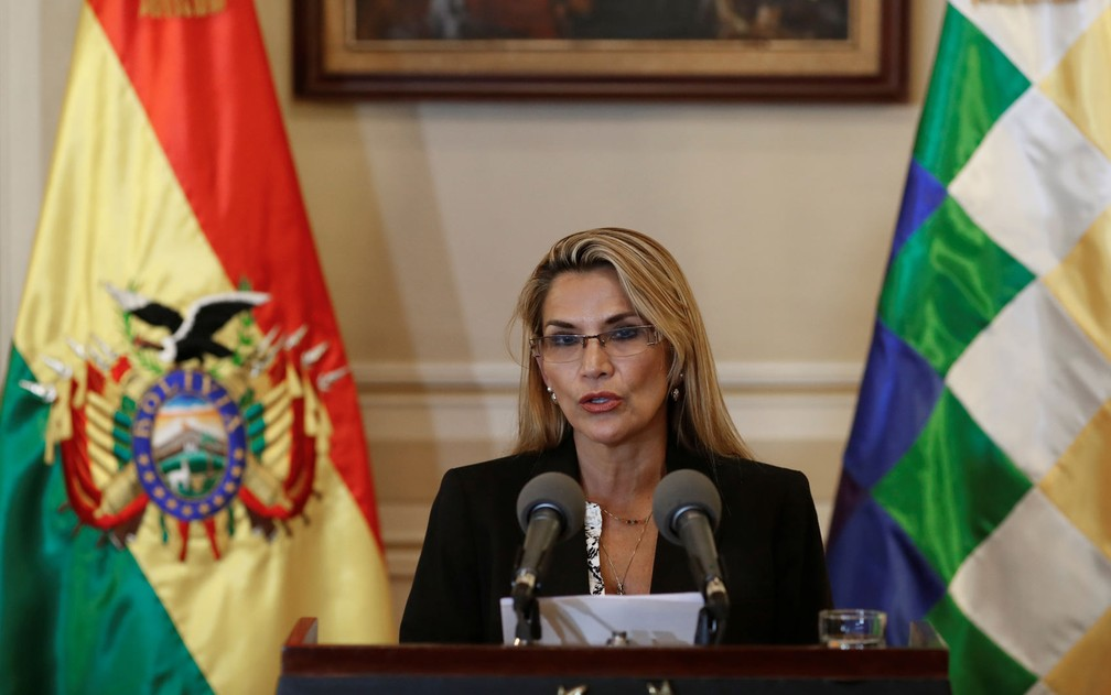 A autoproclamada presidente da Bolívia, Jeanine Áñez, durante pronunciamento no Palácio Presidencial, em La Paz, na quarta-feira (13) — Foto: Reuters/Carlos Garcia Rawlins