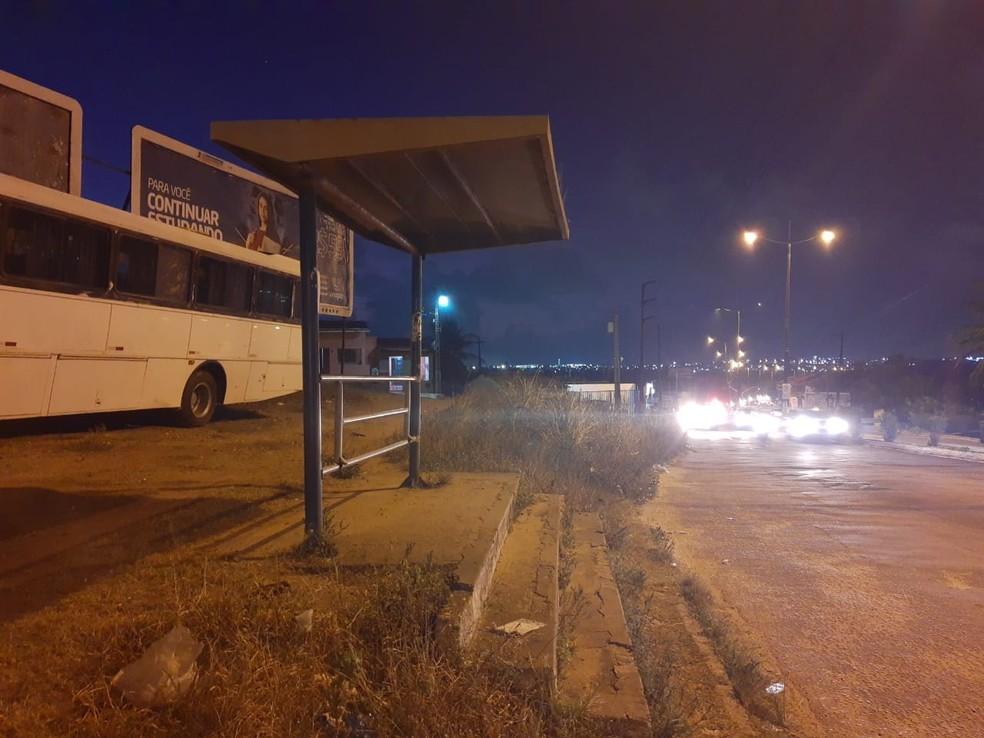 Mulher esperava o ônibus quando foi baleada — Foto: Lucas Cortez/Inter TV Cabugi