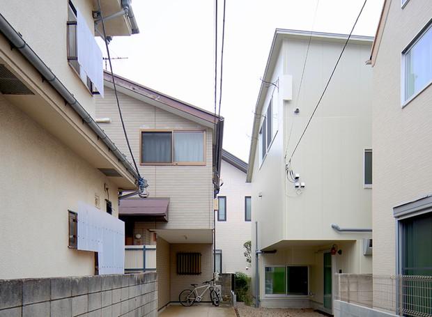 Por fora a residência da família, onde vivem quatro pessoas, parece uma casa como outra qualquer  (Foto: Reprodução)