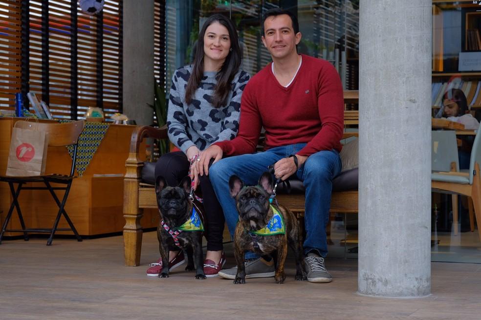 Mariana dos Santos e Rafael Kich com Thor e Gaia, em encontro de pets na Lagoa da Conceição (Foto: Sabrina Nas/Fotografia PET)