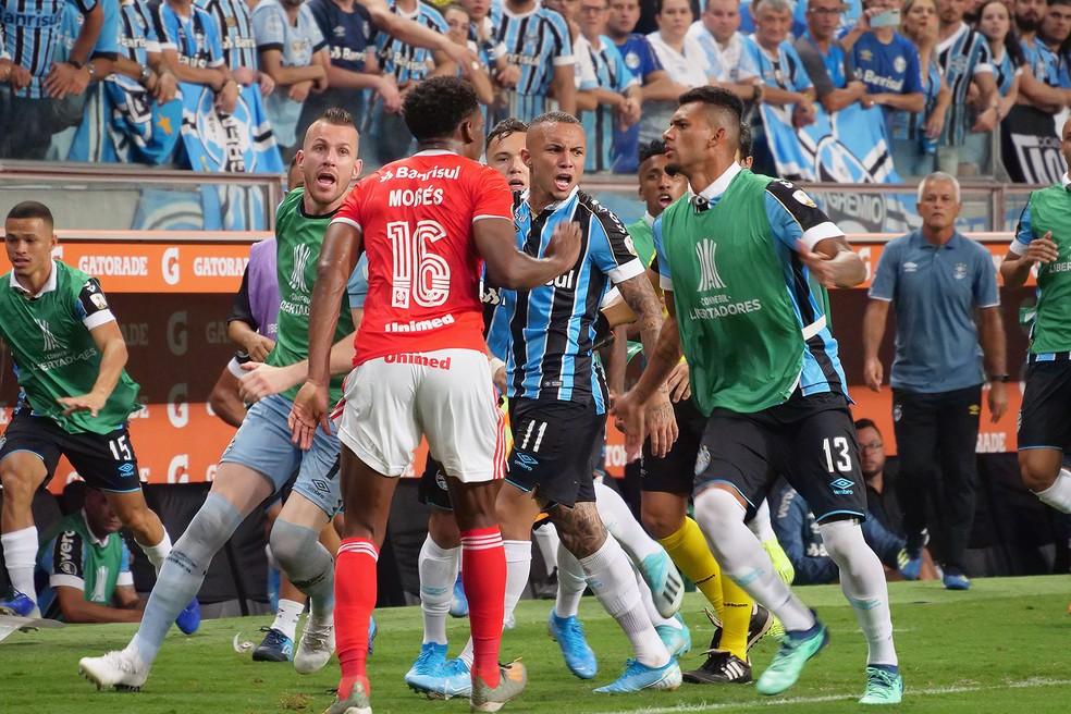 Gre-Nal terminou com confusão e oito expulsos — Foto: Wesley Santos/Agência PressDigital