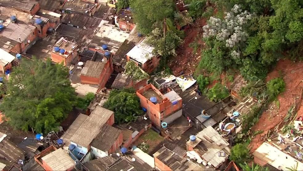 Casas desabam após chuva forte atingir Embu das Artes; quatro pessoas da mesma família morreram e duas estão desaparecidas — Foto: Reprodução TV Globo