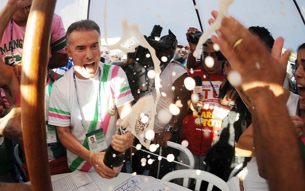 Chiquinho da Mangueira, presidente da Mangueira, estoura champanhe para comemorar título de 2016 — Foto: Alexandre Durão/G1