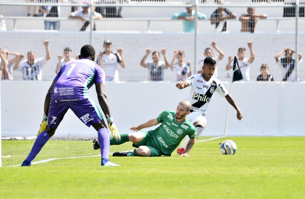 Luiz Gustavo no lance que gerou o gol pontepretano — Foto: Marcos Ribolli