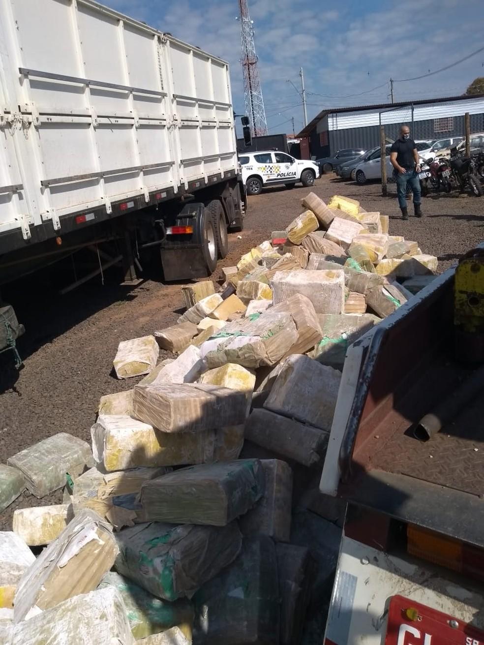 Polícia prende caminhoneiro com quase 5 toneladas de maconha em rodovia de Itatinga — Foto: Polícia Rodoviária/Divulgação