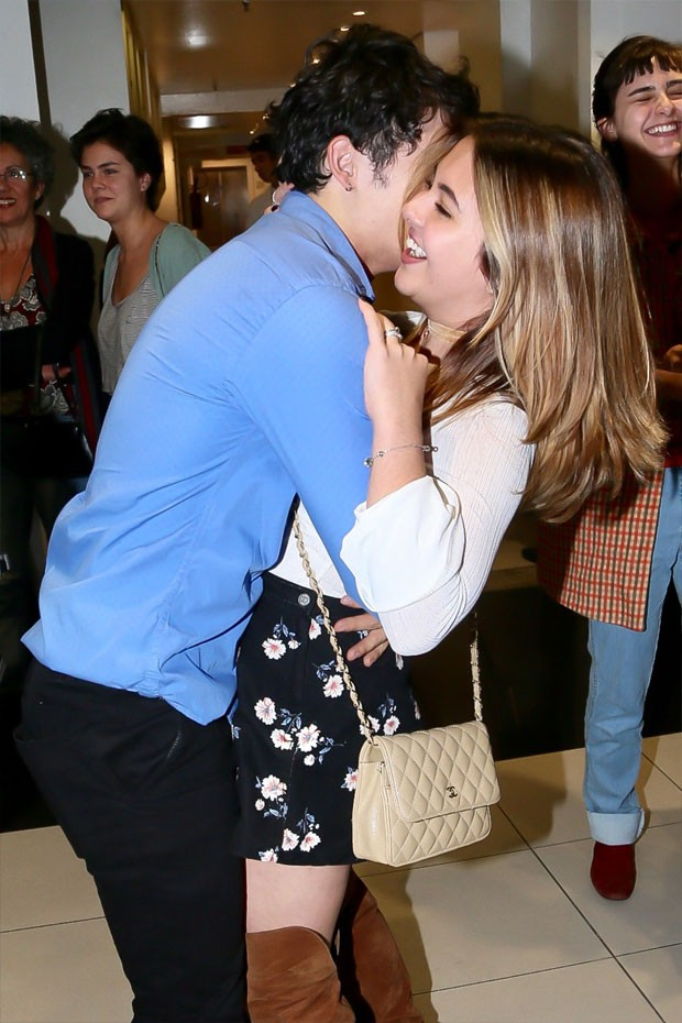 Klara Castanho prestiia o namorado Julio Oliveira em estreia de peça  (Foto: Manuela Scarpa/AgNews)