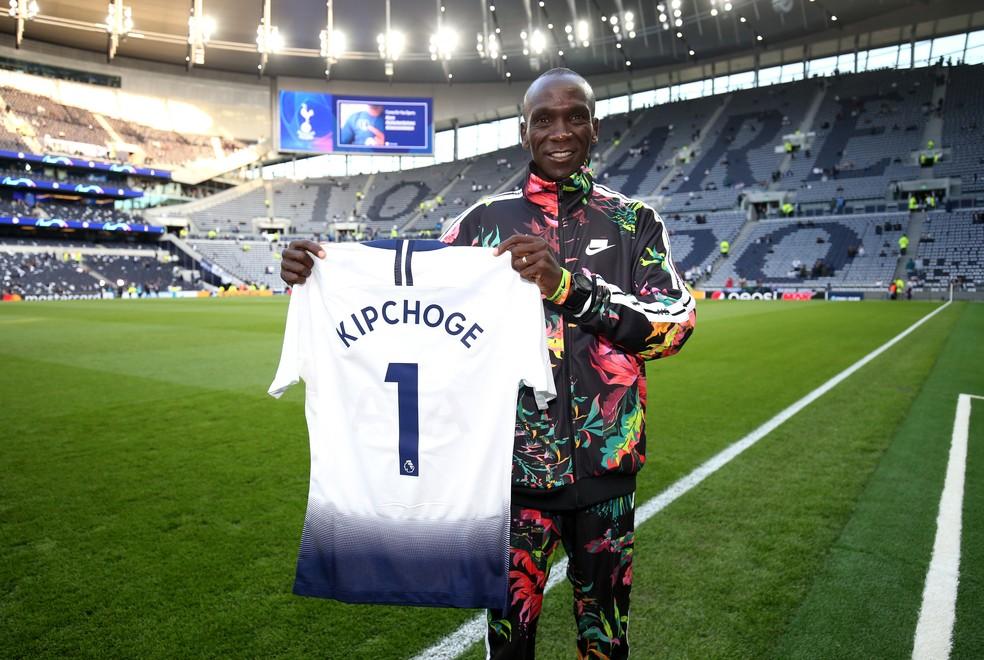 Queniano sendo homenageado antes de um Tottenham x Ajax pela Liga dos Campeões 2019 — Foto: Tottenham Hotspur/Getty Images