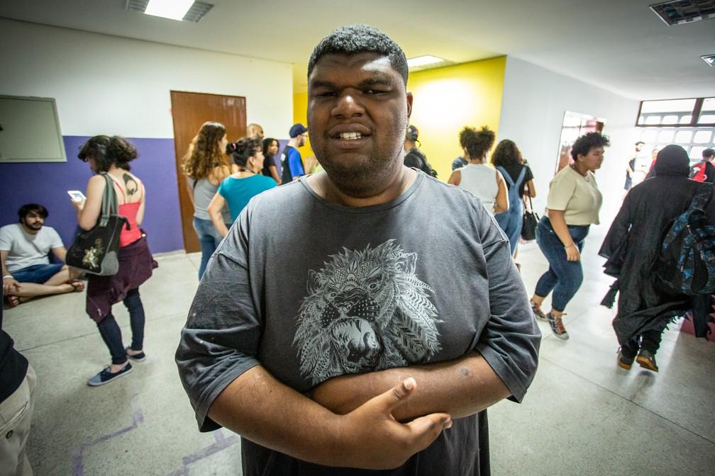 Vinicius Silveira Libório, que tem deficiência visual, encarou sozinho a multidão no evento e se divertiu com oficinas de jogos — Foto: Fábio Tito/G1