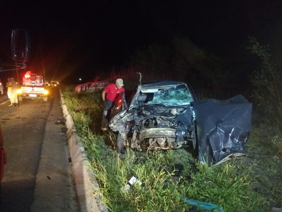 Carro colidiu frontalmente com caminhão na noite da sexta-feira (15), no km 161, em Campina Grande — Foto: Mário Aguiar/TV Paraíba