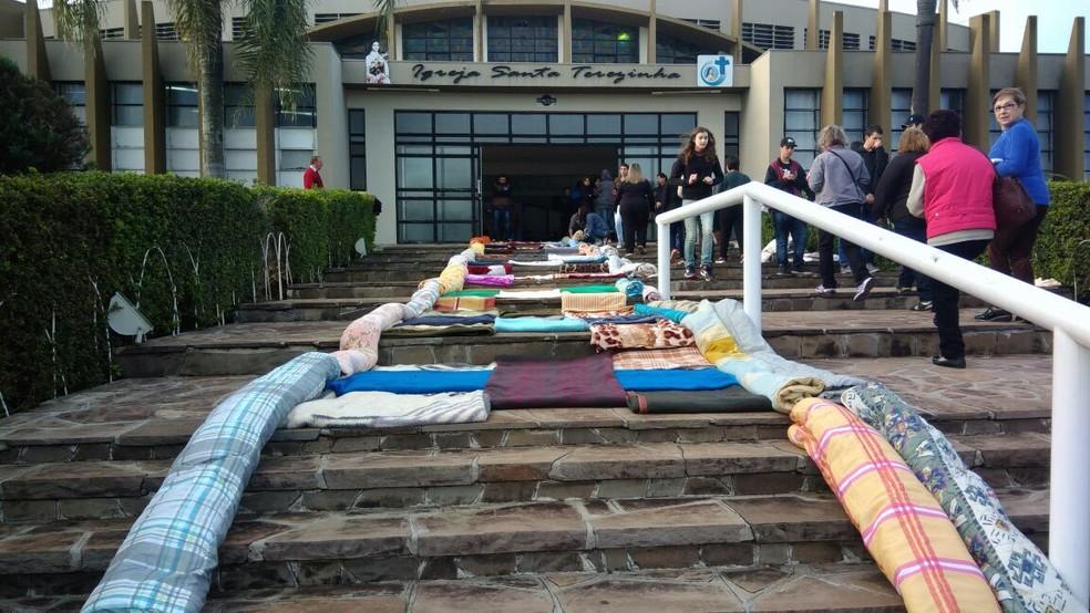Um dos tapetes é feito com 130 cobertores que serão doados para pessoas carentes  (Foto: Victor Hugo Bittencourt/RPC)