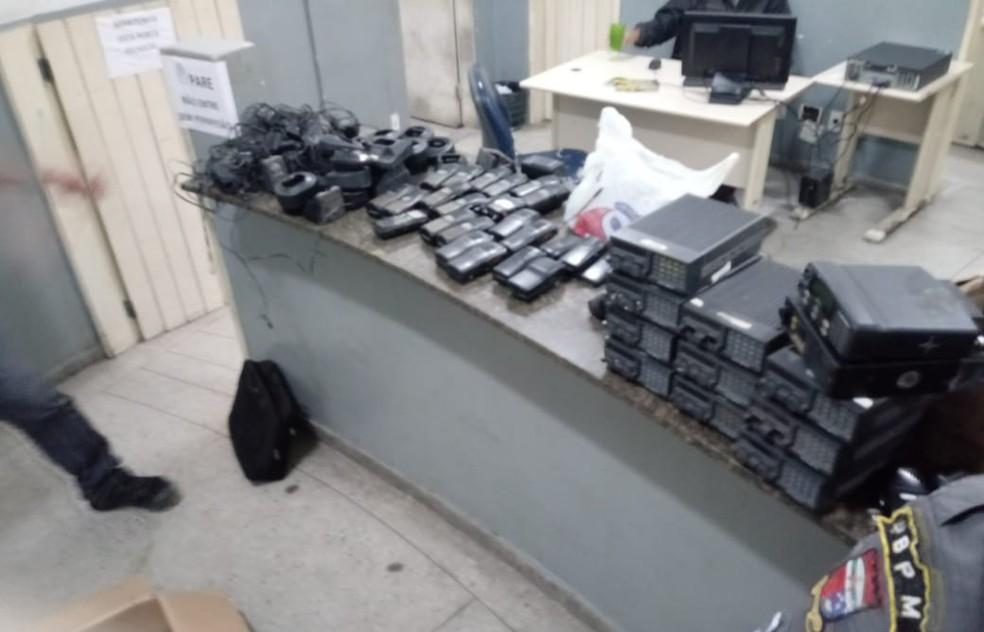 Rádios comunicadores e bases de transmissão foram apreendidos pela PM na Comunidade Beira Rio, em Natal (Foto: Divulgação/Polícia Militar)