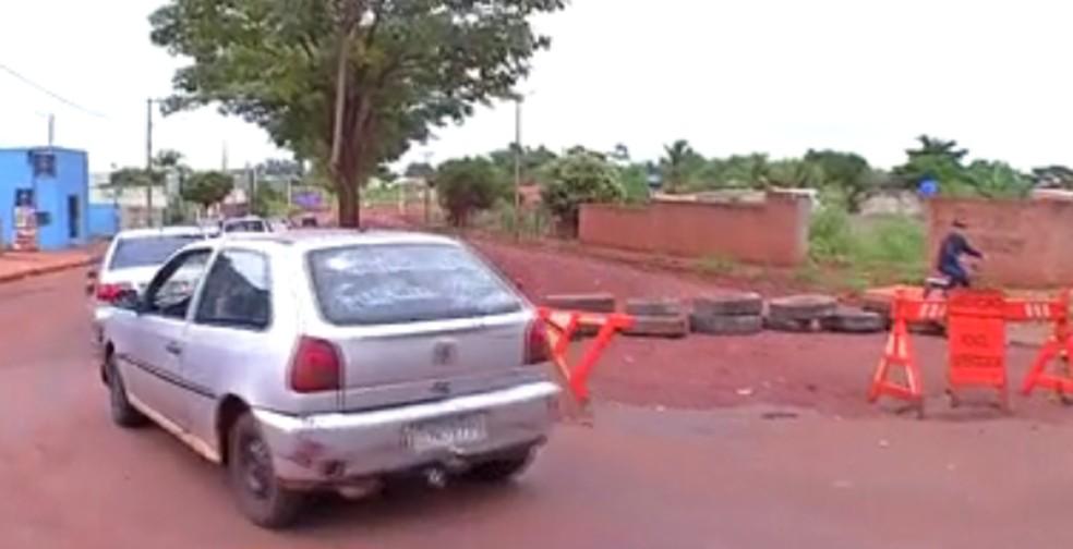Motoristas tiveram que andar na contramão após fechamento de via em Tangará da Serra — Foto: Reprodução/TVCA