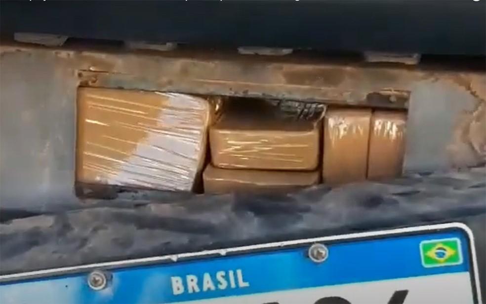 Droga estava escondida em compartimento secreto, no assoalho do carro — Foto: Divulgação/PRF