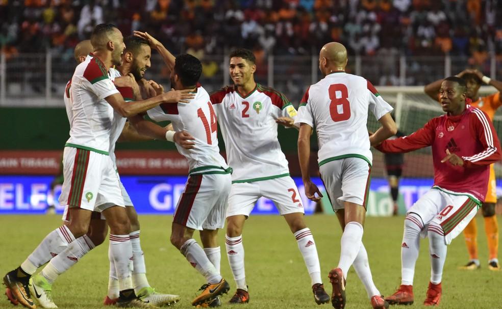 Benatia leva tapa na cabeça na comemoração do gol de Marrocos sobre Costa do Marfim (Foto: ISSOUF SANOGO / AFP)