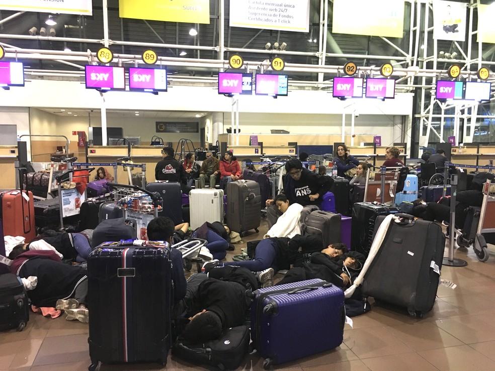 Passageiros dormem no Aeroporto de Santiago na madrugada desta segunda — Foto: Adriane Schultz/G1