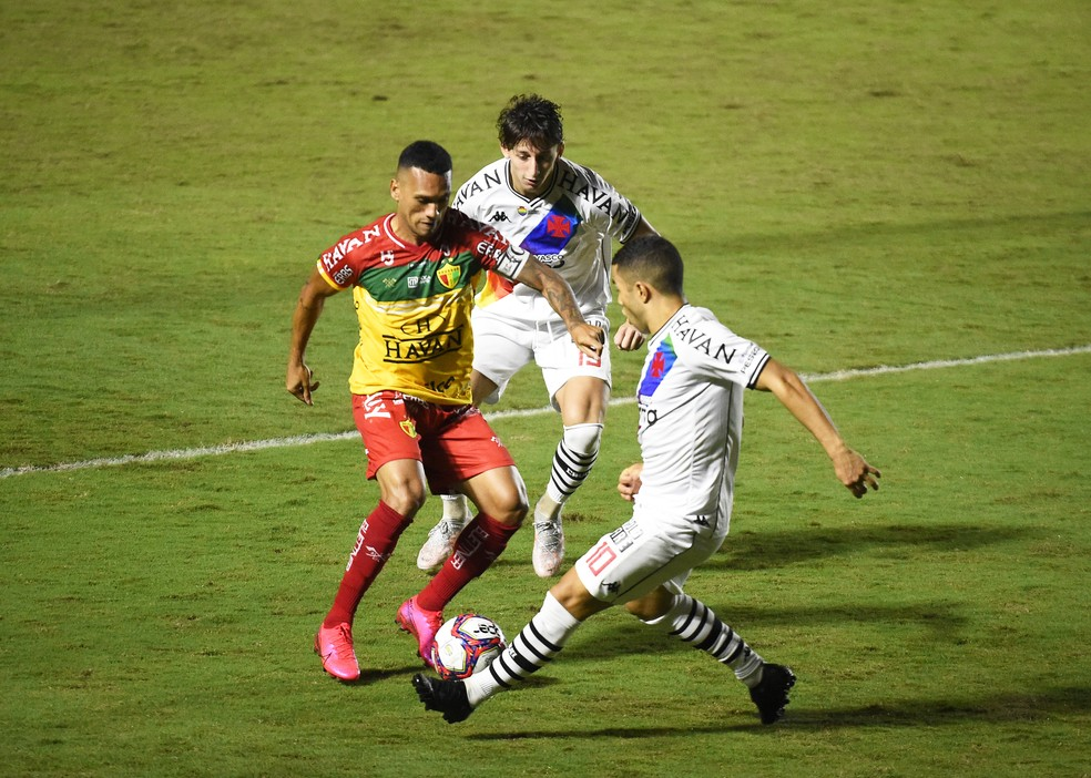 Galarza e Morato contra o Brusque. Dupla constantemente entra e sai do time titular  — Foto: André Durão