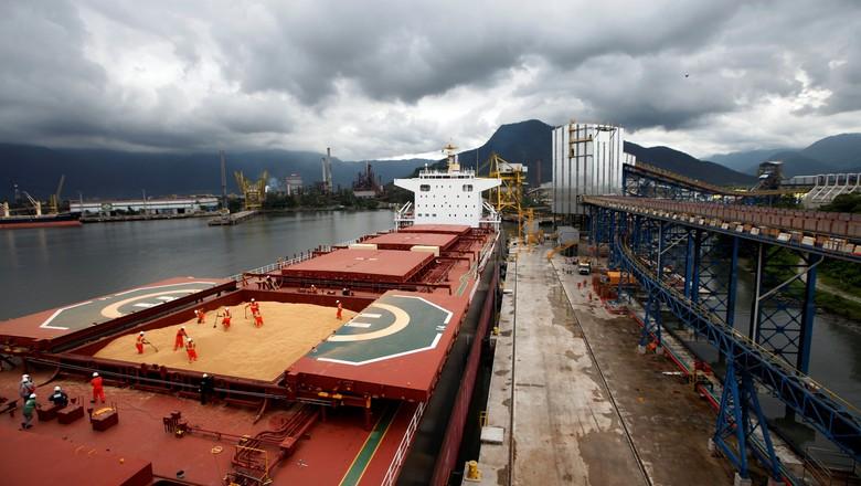 Navio carregado com soja no porto de Santos (SP) 13/03/2017 (Foto: Paulo Whitaker/Reuters)